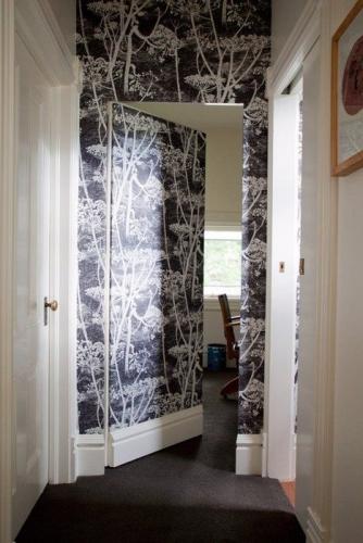 Perete si usa tapetate pentru efect de loc secret