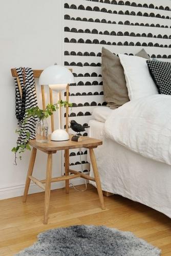Tapet aplicat partial pe peretele din spatele patului