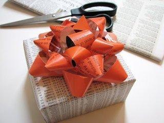 Idee pentru impachetarea cadourilor cu ajutorul revistelor