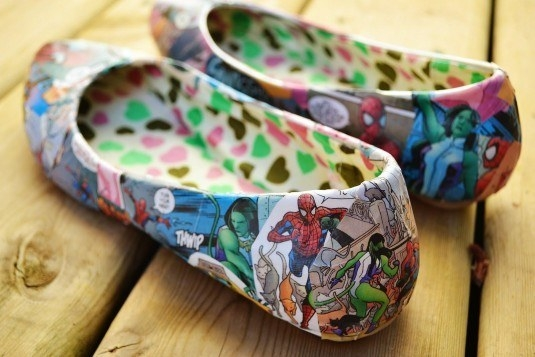Pantofi decorati cu imprimeuri din benzi desenate
