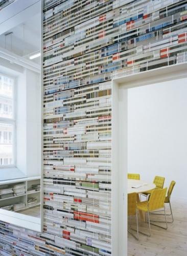 Perete tapetat cu bucati de pagini de reviste