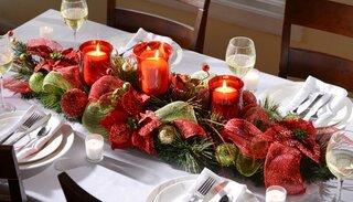 Aranjament rosu pentru masa de Craciun