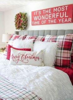 Dormitor amenajat pentru sarbatori cu rosu si alb