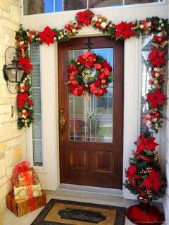 Usa intrare decorata cu ghirlande rosii