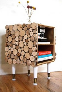 Comoda pentru carti decorata cu bucati de lemn rotund