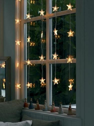 Idee impodobire fereastra cu instalatie luminoasa