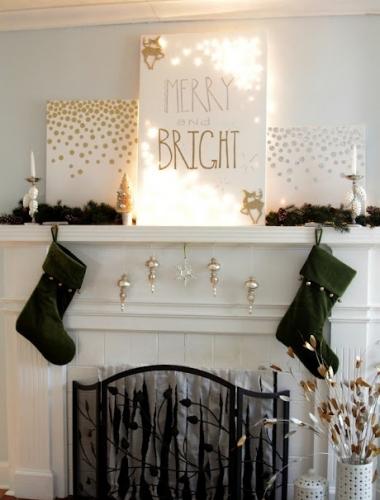 Semineu decorat frumos cu ciorapei pentru cadouri