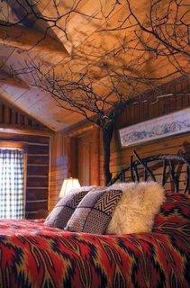 Dormitor cu accente din lemn rustice
