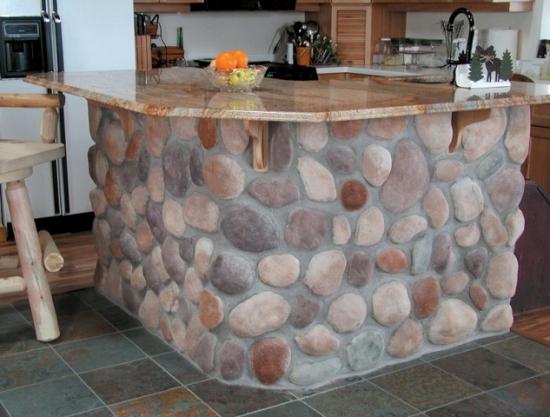 Bar bucatarie placat cu pietre de rau