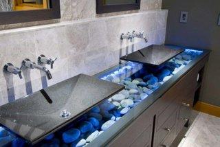 Decor baie moderna din pietre de rau