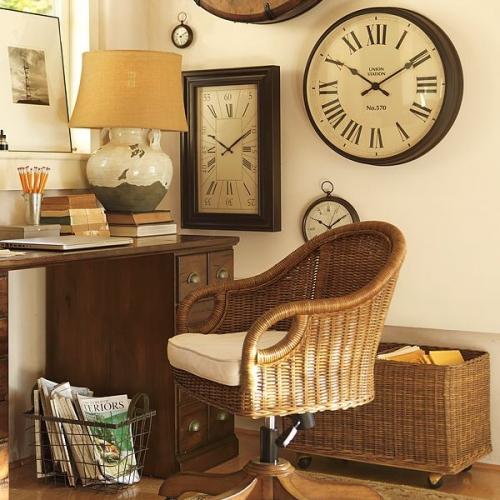 Ceas de perete vintage in birou