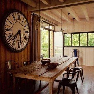 Dining rustic cu ceas vintage pe perete
