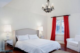 Dormitor elegant cu draperii rosii