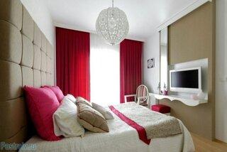Draperii rosii dormitor