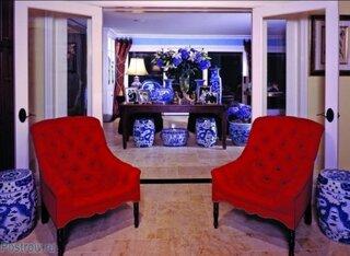 Living cu decor rosu albastru