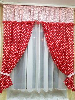 Model de draperie scurta rosie cu picatele albe
