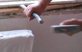 Demontare tamplarie lemn parte inferioara cu dalta si ciocanul