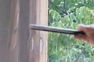 Despartire toc de lemn in zona balamalelor