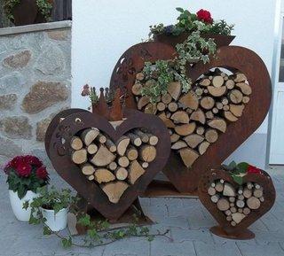 Suporturi lemne de foc in forma de inimi