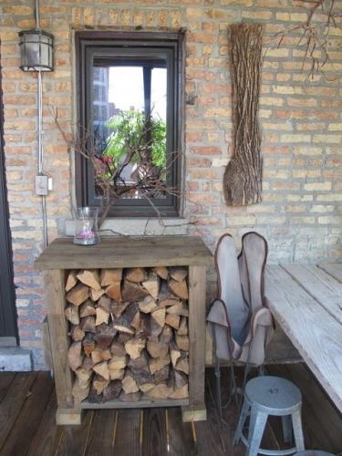 Masuta rustica de lemn pentru afara cu depozitare lemne
