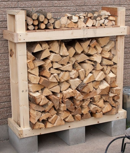 Stativ din boltari si palet de lemn transformat in suport pentru lemne de foc