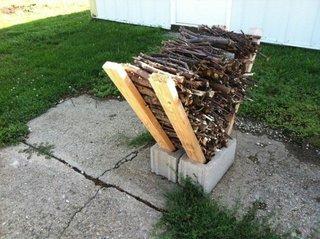 Suport pentru lemne din boltari si sipci de lemn