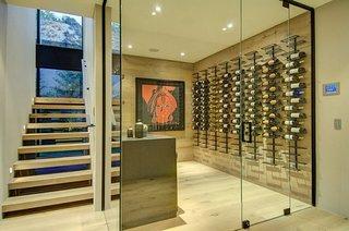Camera din sticla cu rafturi metalice pentru sticle de vin