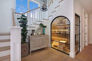 Camera pentru vinuri cu control temperatura sub scara interioara