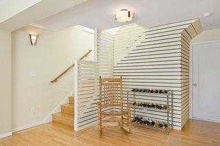 Raft cu trei etajere folosit pentru asezarea sticlelor de vin