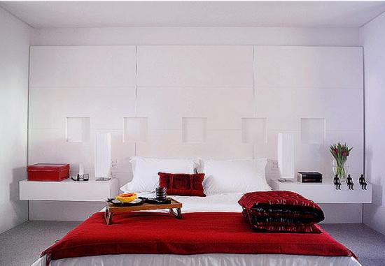 Dormitor alb cu accente si decoratiuni rosii