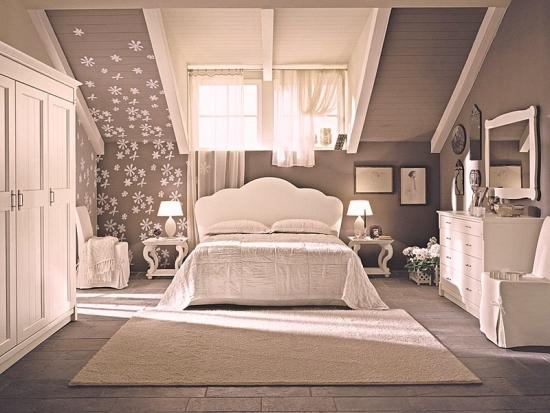 Dormitor amenajat romantic la mansarda