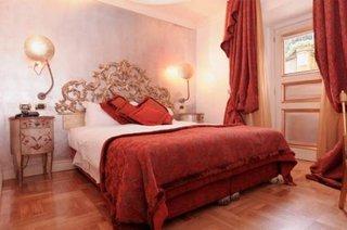 Dormitor cu pat pe mijloc cu tablie de pat antichizata