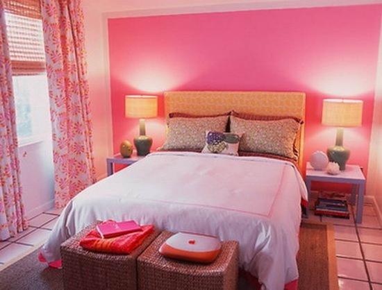 Dormitor cu perete de accent roz
