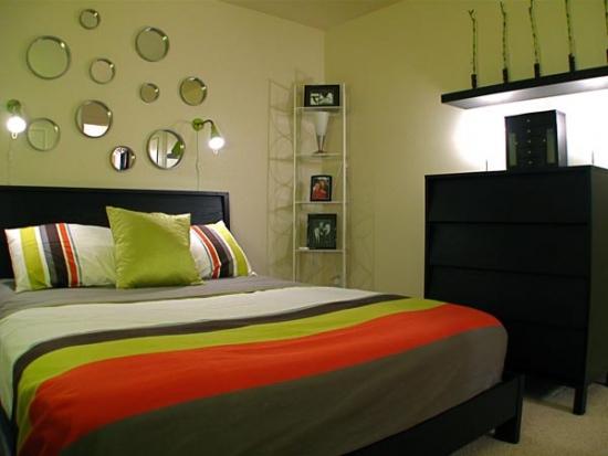 Dormitor matrimonial cu peretii oliv si mobila neagra