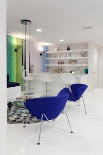 Camera de zi open space cu pardoseala alba turnata cu rasina