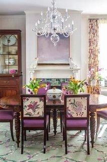Loc pentru servit masa amenajat clasic cu pete de culoare lila