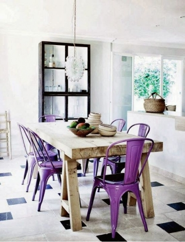Masa din lemn rustica si scaune mov