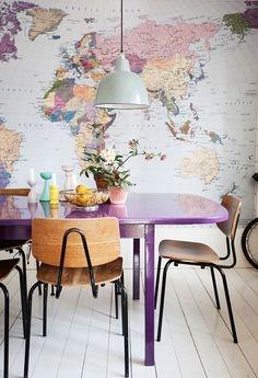 Perete de accent cu harta si masa dining de culoare mov