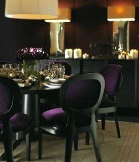 Scaune dining cu rama neagra de lemn si tapiterie violet