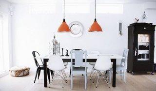 Combinatie alb-negru si corp de iluminat portocaliu