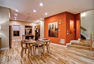 Open-space cu pardoseala si mobilier de dining din lemn