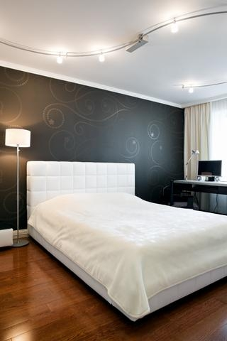 Design interior dormitoare alb negru patul
