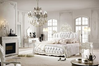 Dormitor alb luxos cu candelabru