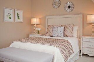 Dormitor alb si accente de auriu roze
