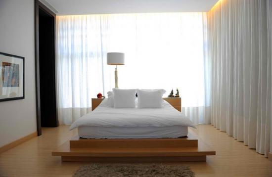 simplu dar elegant cateva dormitoare albe cu pat pe mijloc. Black Bedroom Furniture Sets. Home Design Ideas
