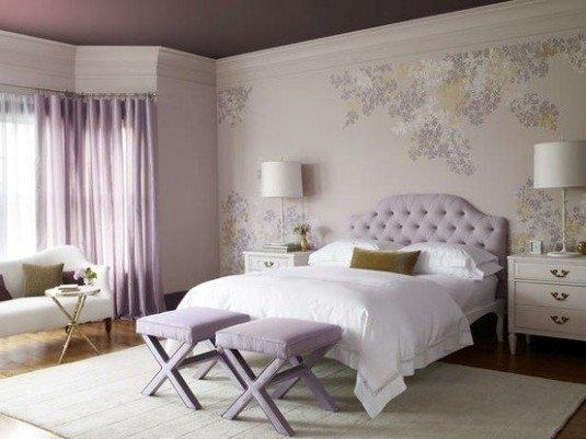 Dormitor intr-o combinatie de alb cu diferite tonuri de mov