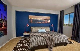 Dormitor simplu si elegant cu un perete albastru
