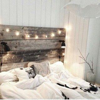 Pat cu tablie din lemn accesorizat cu luminite