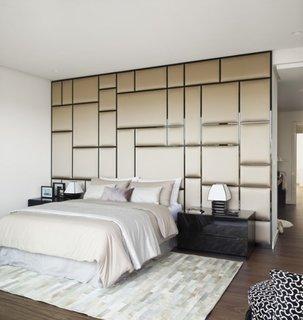 Perete decorativ ce ofera senzatia de spatiu si da culoare unui dormitor alb
