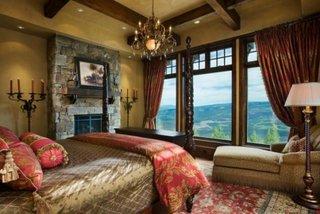 Decor dormitor auriu cu rosu